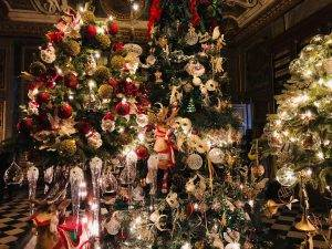 vaux-le-vicomte-christmas-red-ornaments