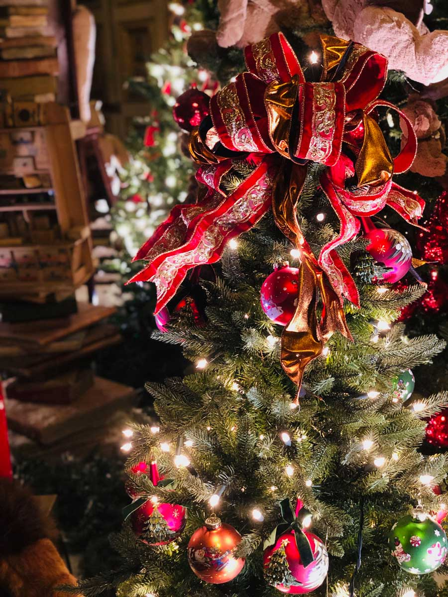 vaux-le-vicomte-christmas-red-ribbon
