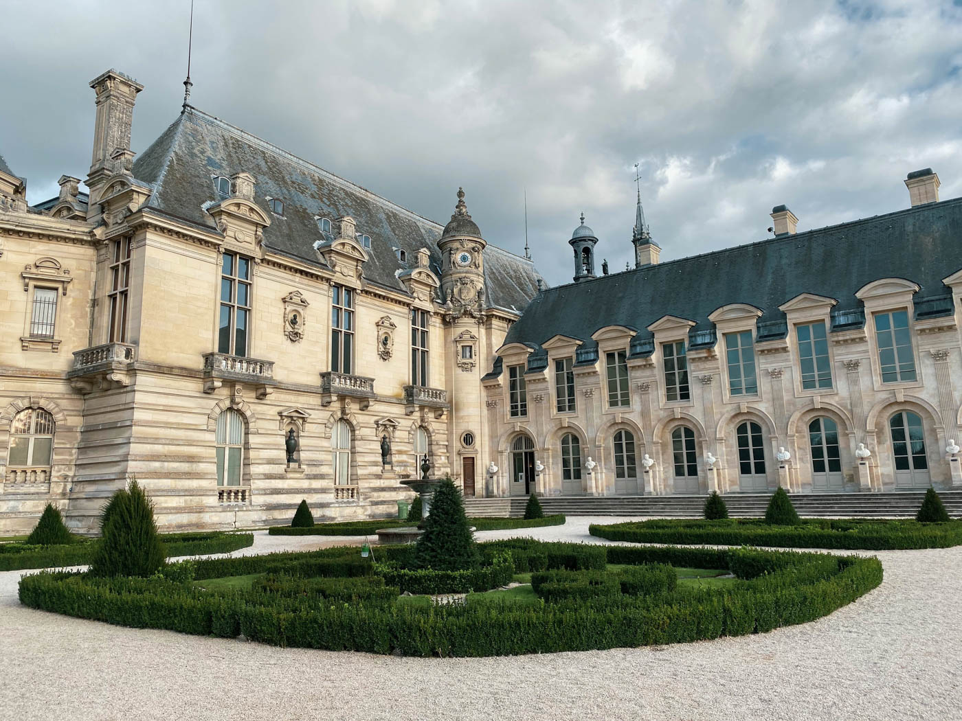 une-bonne-maison-chantilly-castle-french-chateau-garden