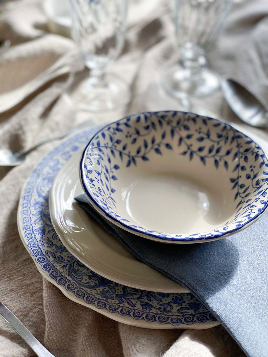 blue-and-white-table-setting-french-countryside-chic-romantic-tablescape