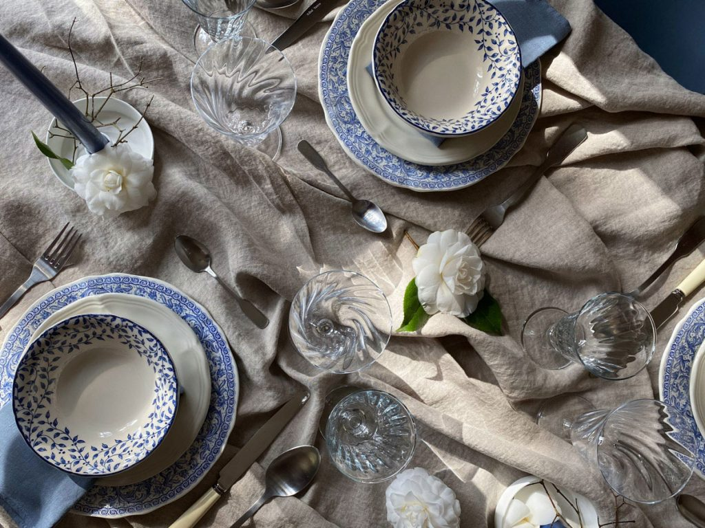 blue-and-white-table-setting-french-countryside-070