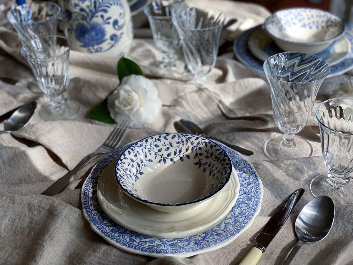 blue-and-white-table-setting-french-countryside-chic-crockery